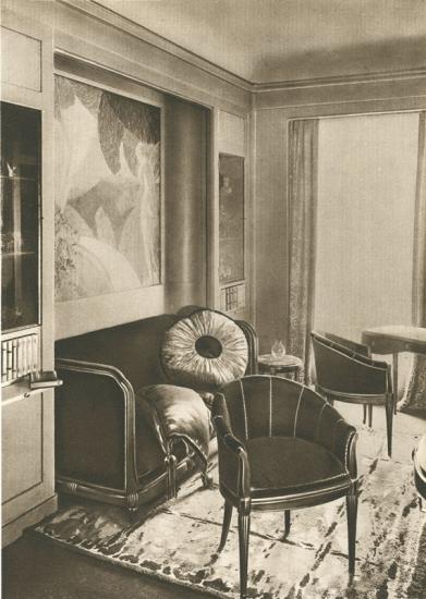 Boudoir par Sardou et Mercier - Au sol, un tapis tissé par la manufacture Coupé, vue générale du stand extraite du Rapport général de l'Exposition 1925