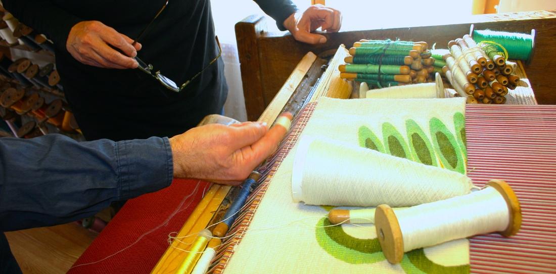 Deux parterres, un reflet : rencontre entre l'artiste Jane Harris et le lissier Patrick Guillot pour une séance de travail autour des orientations à donner au tissage de l'œuvre, 2014