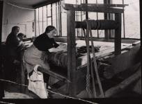 Deux lissières aux anciens ateliers Pinton de la rue Feydeau, Felletin : Mmes Pasquet et Souchal. Don de Mme Baudouin.