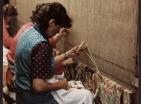 Tissage d'un tapis de savonnerie sur métier de haute lisse, manufacture Hamot.