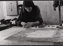 Lissière au métier de basse lisse, atelier de tissage de l'École Nationale d'Arts décoratifs d'Aubusson, 1985