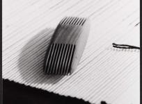 Le peigne, outil du lissier, atelier de basse lisse de l'École nationale d'Arts décoratifs d'Aubusson, 1985.