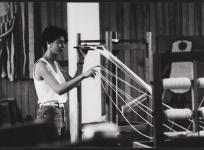Montage de la chaîne en préparation du tissage : l'ourdissage, atelier de basse lisse de l'École nationale d'Arts décoratifs d'Aubusson, 1985