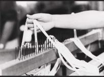 Montage de la chaîne sur le rateau, atelier de basse lisse de l'École nationale d'Arts décoratifs d'Aubusson, 1985.