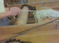 Réal. P. Cazals, 1986, 18 min. Toutes les étapes de fabrication d'une tapisserie de basse lisse à Aubusson, du montage de la chaîne à la tombée de métier. Lissière : Catherine Ruby.